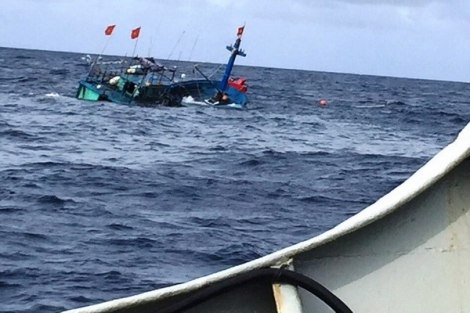 Tàu Kiểm ngư cứu tàu cá ngư dân gặp nạn