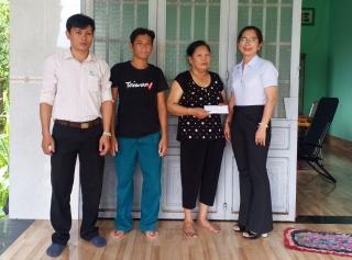 Xã Phước Đông: Trao tiền hỗ trợ trẻ có hoàn cảnh khó khăn