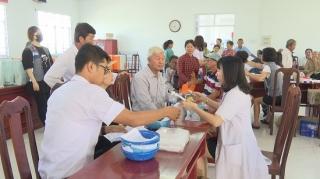 Đoàn bác sĩ Hàn Quốc khám bệnh, cấp thuốc miễn phí cho người dân Bến Cầu