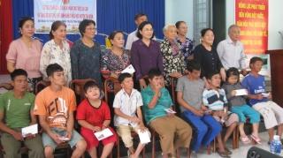 Trao quà cho NNCĐDC và xe đạp cho học sinh nghèo huyện Tân Biên
