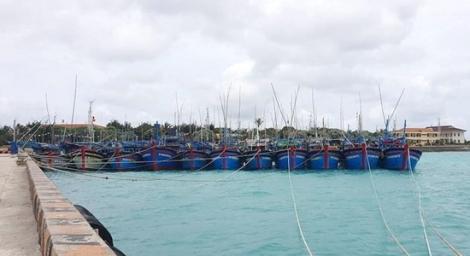 Hỗ trợ gần 1.000 ngư dân vào tránh trú áp thấp nhiệt đới