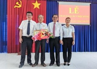 Trao tặng huy hiệu 70, 30 năm tuổi Đảng