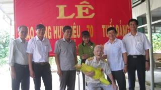 Lãnh đạo tỉnh trao Huy hiệu 70 năm tuổi Đảng cho đảng viên ở Tân Biên