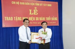 Trao huy hiệu 30 năm tuổi Đảng cho Trưởng ban Dân vận Tỉnh ủy, Chủ tịch UB.MTTQVN tỉnh