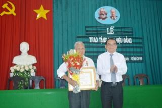 Phó Bí thư Thường trực Tỉnh uỷ trao huy hiệu Đảng ở Hòa Thành