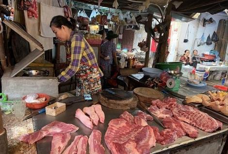 """Giá thịt lợn tăng vọt do tiểu thương """"làm giá""""?"""