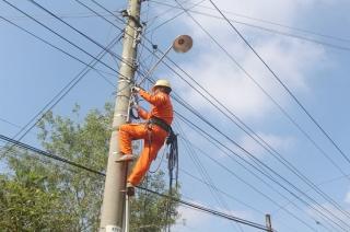 Chi đoàn Điện lực Gò Dầu thắp sáng đường quê tại ấp Cầu Sắt