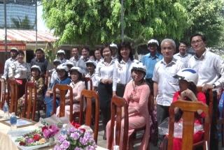 Huyện Dương Minh Châu: Tặng 300 mũ bảo hiểm cho giáo viên