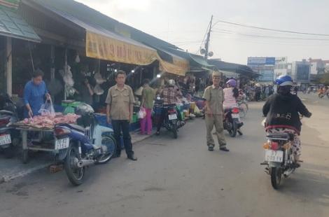 Xử lý nghiêm tình trạng mua bán lấn chiếm lề đường quanh chợ Long Hoa