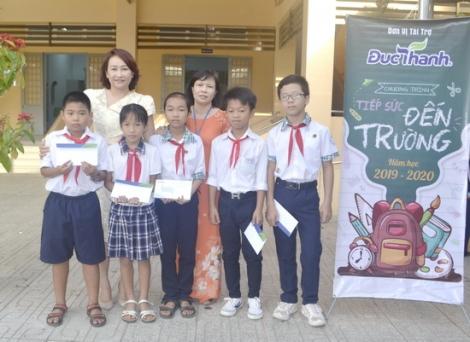 """Trao học bổng """"Tiếp sức đến trường"""" cho học sinh huyện Dương Minh Châu"""