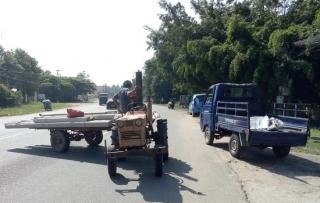 Xe chở vật liệu cồng kềnh gây cản trở giao thông