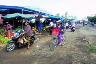 Xử lý nghiêm tình trạng mua bán lấn chiếm lòng, lề đường quanh chợ Long Hoa