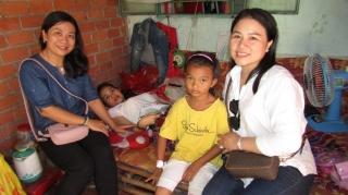 Chi đoàn Báo Tây Ninh thăm và tặng quà cho chị Nô Sa Ny