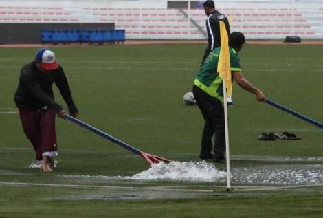 Bão Kammuri gây mưa như trút trên sân đấu của U22 Việt Nam