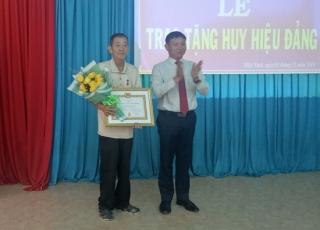 Trao huy hiệu Đảng cho đảng viên phường Hiệp Ninh