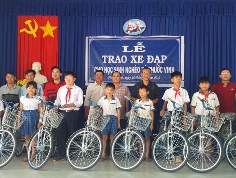 Tặng xe đạp cho học sinh nghèo