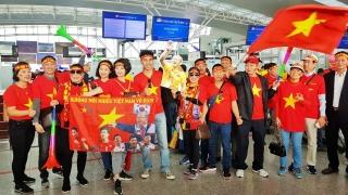 Hàng trăm cổ động viên nhuộm đỏ sân bay Nội Bài cổ vũ U22 Việt Nam