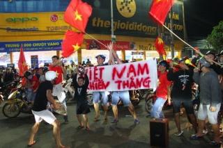 Hàng ngàn người hâm mộ xuống đường mừng chiến thắng của U22 Việt Nam