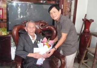 Lãnh đạo tỉnh thăm, mừng thọ đảng viên 90 tuổi