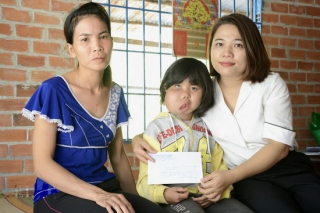 Trao 15 triệu đồng hỗ trợ bé Vân