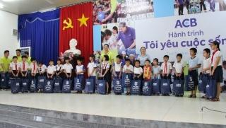 Ngân hàng Á Châu: Tặng quà cho học sinh nghèo TP.Tây Ninh