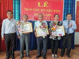 Trảng Bàng: Trao tặng huy hiệu Đảng cho các đảng viên lão thành