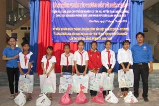 Đoàn Sở VHTT&DL: Tặng quà cho trẻ em nghèo xã Tân Hà
