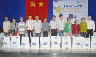 Trao quà tết cho khách hàng vay vốn CEP tại Hòa Thành