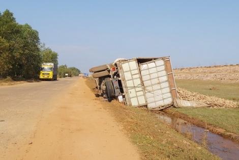 Lật xe tải ven bờ hồ Dầu Tiếng