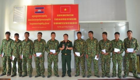 Bộ CHQS Tây Ninh thăm các học viên Campuchia