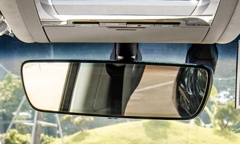 Vì sao trên kính chắn gió ôtô luôn có dải chấm tròn đen?