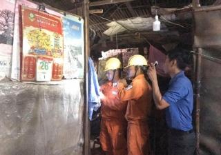 Điện lực Hoà Thành: Sửa chữa điện cho hộ nghèo