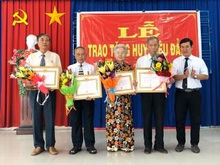 Tặng huy hiệu 60, 50, 55 và 30 năm tuổi đảng cho đảng viên Đảng bộ Phường 2