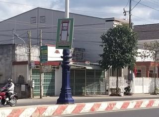 Treo pano quảng cáo giữa đường, một cây xăng bị mời làm việc
