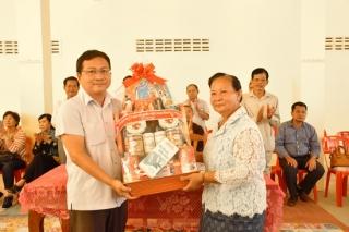 Tây Ninh: Tặng quà cho người dân nghèo các tỉnh giáp biên Campuchia