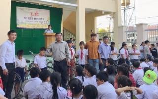 Trao tặng xe đạp cho học sinh nghèo tại xã Long Thuận