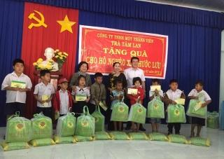 Nguyên Phó Chủ tịch nước Trương Mỹ Hoa tặng quà tết cho người dân Trảng Bàng.