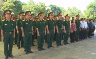 Đoàn công tác Bộ Quốc phòng viếng Nghĩa trang liệt sĩ Đồi 82