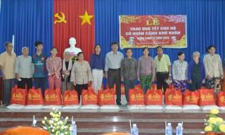 Chủ tịch UBND Hòa Thành trao quà Tết cho người nghèo
