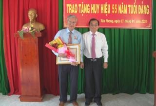 Trao Huy hiệu 55 năm tuổi Đảng cho nguyên Phó Chủ tịch UBND tỉnh Nguyễn Quang Hợp