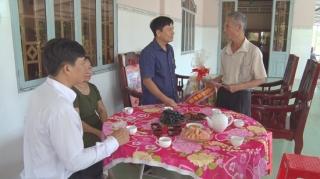 Lãnh đạo tỉnh tặng quà gia đình chính sách huyện Tân Biên