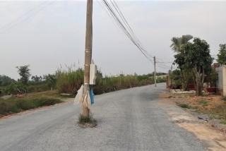 Trụ điện giữa đường gây mất an toàn giao thông