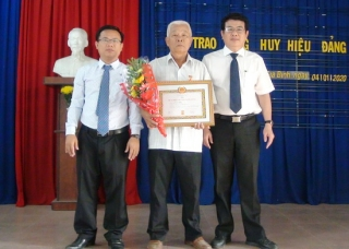 Đảng ủy xã Gia Bình trao tặng Huy hiệu 50 tuổi Đảng