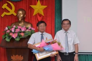 Trao Huy hiệu 40 năm tuổi Đảng cho Trưởng Ban Tuyên giáo Tỉnh ủy