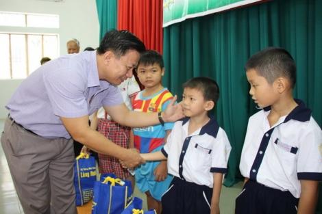 Trao quà tết cho người nghèo trong tỉnh