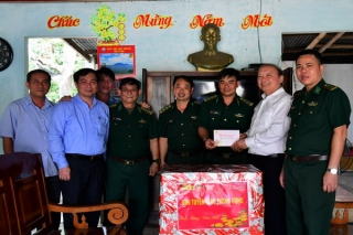 Phó Trưởng Ban Tuyên giáo Trung ương tặng quà cho các Đồn biên phòng Tây Ninh