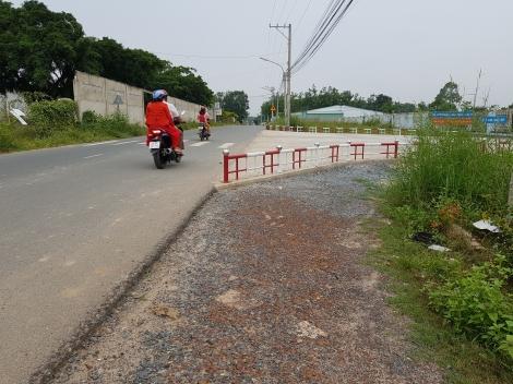 Hàng rào nguy hiểm trước cổng Bệnh viện Y học cổ truyền