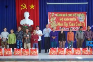 Gò Dầu:Trao tặng 100 phần quà tết cho hộ gia đình nghèo xã Thanh Phước và Thị Trấn