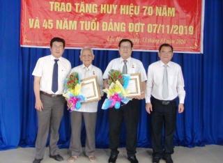 Phó Bí thư Thường trực Tỉnh ủy Nguyễn Minh Tân trao Huy hiệu 70 năm tuổi Đảng tại Trảng Bàng