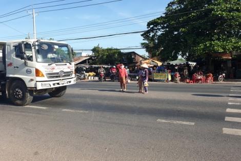 Nguy cơ tai nạn giao thông vì chợ tự phát